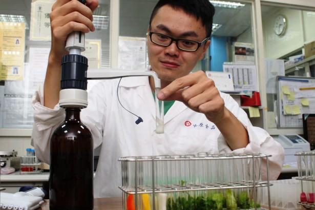 中原食品自設生化法實驗室快篩檢驗蔬果。(記者/汪文豪攝影)