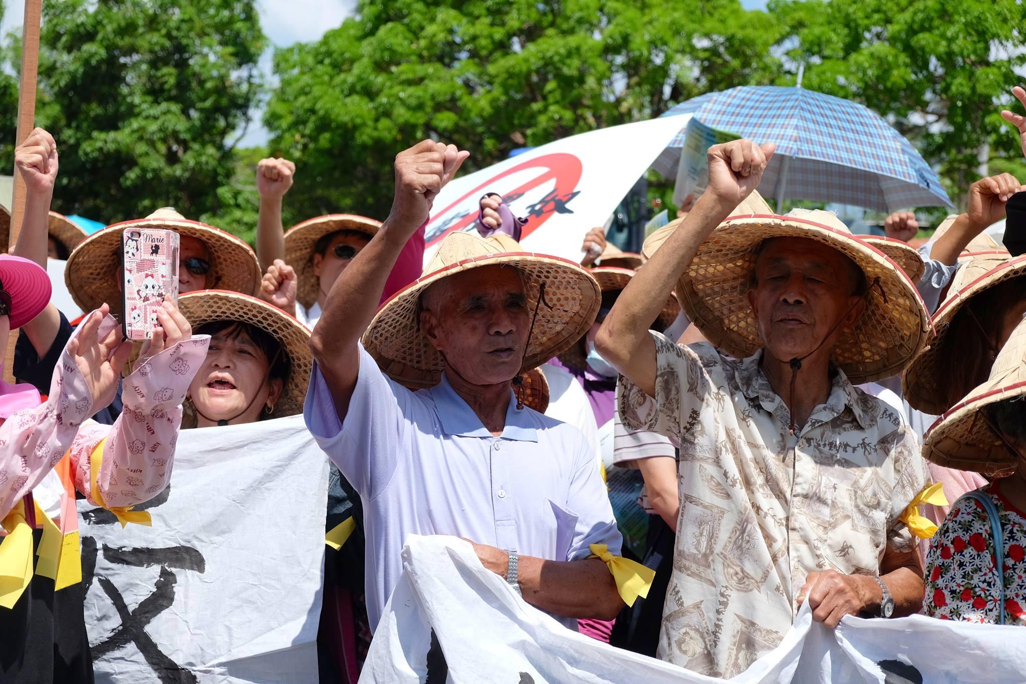 部分農民齊聚宜蘭縣政府前抗議。(圖/林慧貞攝影)