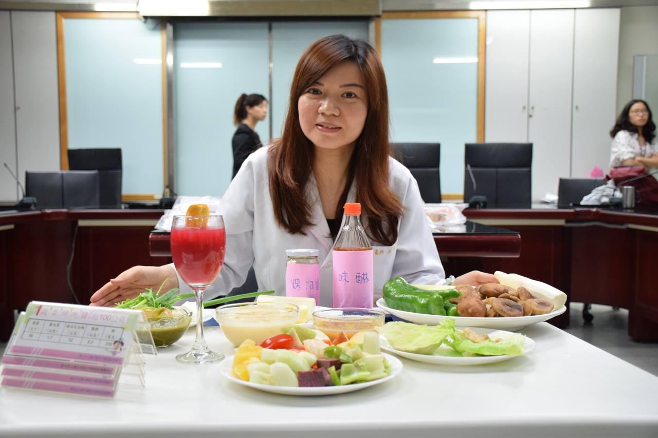 營養師林詠霈建議,民眾可用「蔬菜包肉片」、多烤菇類食材以增進攝取纖維質。(圖/潘子祁攝)