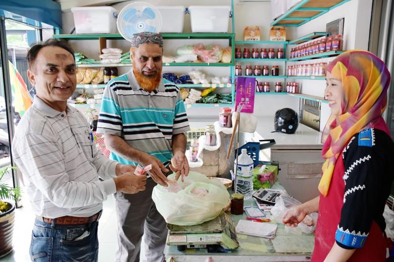 由於缺少專賣穆斯林的小吃店,遠從鶯歌來的印度籍穆斯林都會特地繞到閃淑娟的店裡買肉。(圖/潘子祁攝)