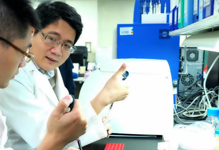 藥物毒物試驗所副研究員謝奉家(右)