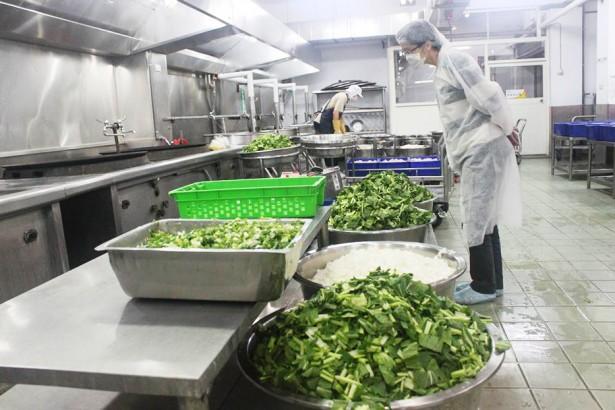 營養午餐品質差 校方自設廚房大挑戰