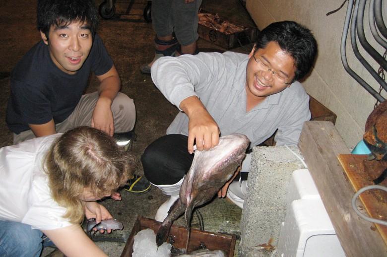 2007年何宣慶(右)到日本魚市場挖寶。(圖/何宣慶提供)