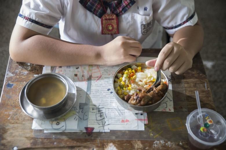 三色豆、高麗菜、小雞腿,加上一碗甜湯,如此簡單菜色,是常見的校園午餐內容。但食材安全與否,卻難以由肉眼辨別。