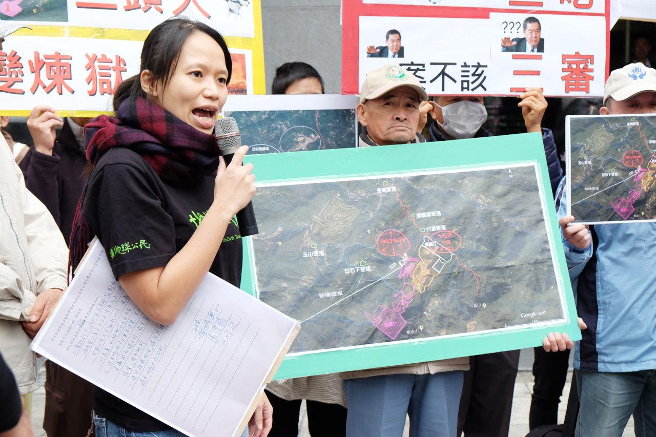 地球公民研究員潘正正認為,業者提出的三個礦場開發案應併為一案審查。(圖/郭琇真攝)