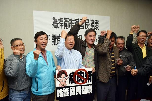 中華民國養豬協會與各地十多名豬農代表今天在立法院開記者會表達反對開放瘦肉精美豬進口的立場。(圖/潘子祁攝影)