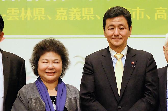 岸信夫(左)希望台灣解禁福島和周邊五縣食品禁令,陳菊表示會按照科學根據評估,確保安全