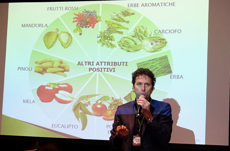 品油師Marcello scoccia說,不同品種橄欖油有著不同正面香氣。(攝影/郭琇真)