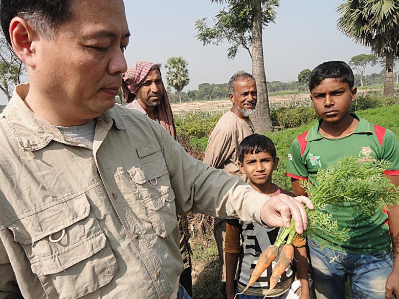 羅揚銘近2年辭去教職,善用自身專業到第三世界國家解決食品風險問題,圖為今年初到緬甸協助當地農民。(圖片提供/羅揚銘)