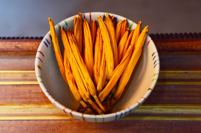 號稱有「陽光滋味」的台東7號金針菜有不易變黑的特性,因此相當適合以無硫方式進行加工。(圖/潘子祁攝)