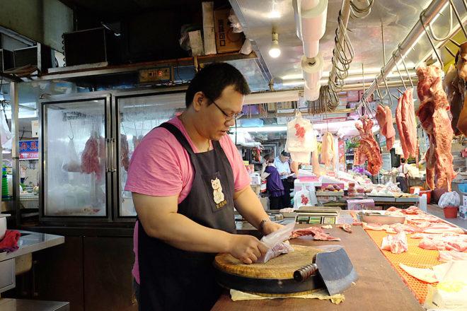 志成肉品專賣店採折衷方式,添購一台冷藏櫃,開市後將部分肉品拿出來販售3(攝影/郭琇真)