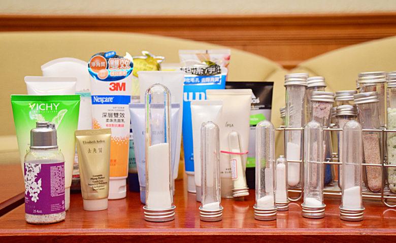 瓶瓶罐罐的清潔用品彷彿開價藥妝店,但其中近4成含有塑膠微粒。(圖/潘子祁攝)