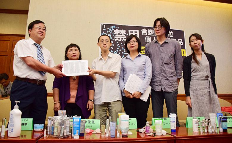 看守台灣、綠色和平、立委林淑芬、陳曼麗將6千人聯署書送交環保署,盼環保署嚴肅面對、落實塑膠微粒管理。(圖/潘子祁攝)