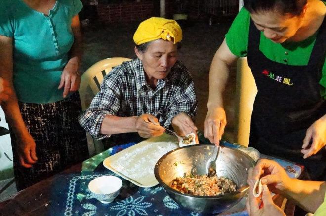 部落媽媽們平日晚上便會在成員的廚房聚會,嘗試開發新料理,像是木鱉水餃、金針湯、艾草粽子等,因此也沒有固定的廚房。(圖/太巴塱ina好野味SEFI提供)