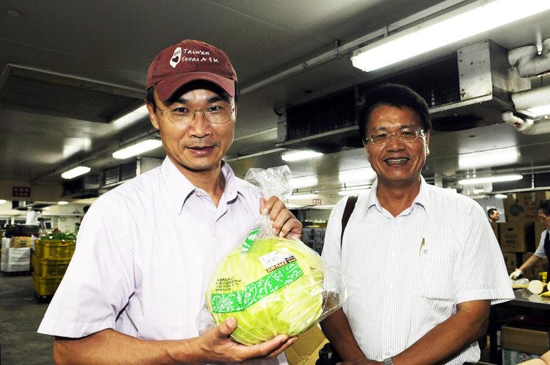 農委會副主委陳吉仲、農糧署主秘翁震炘今日稍早前往批發市場協調,目前確定全聯將以一顆78元的高麗菜售出。(圖/農委會提供)