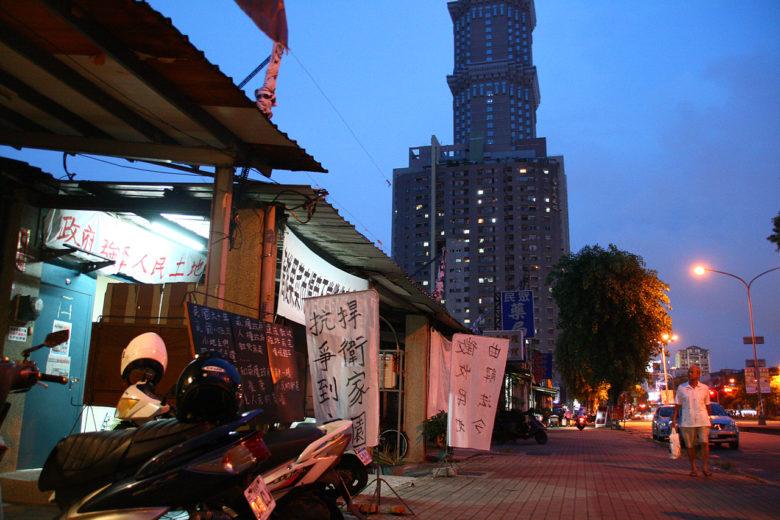 自救會位在市場北側用地的矮房子裡一旁是高雄著名的長谷世貿大樓