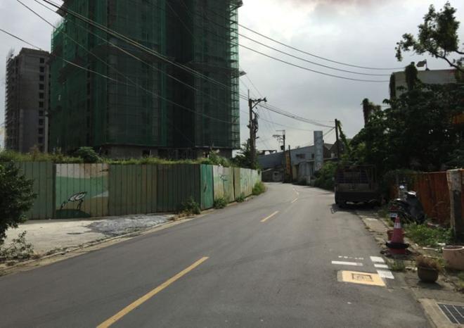 左邊是專案住宅,右邊是已徵收的民宅。