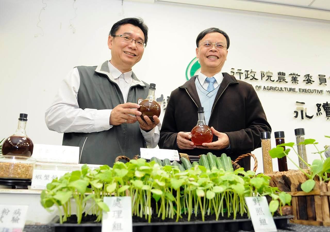 研發出甲殼素合劑的台中農改場研究員陳俊位(左)與台中農改場場長林學詩_農委會提供