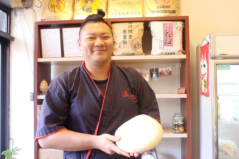 溫育澤必須在製麵前一天先和好麵團(攝影_賴郁薇)