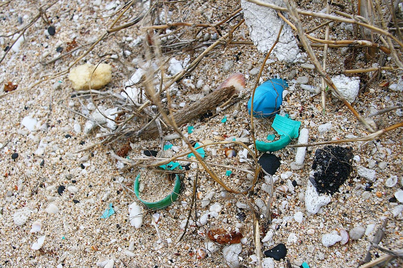 塑膠碎片跟海沙混在一起
