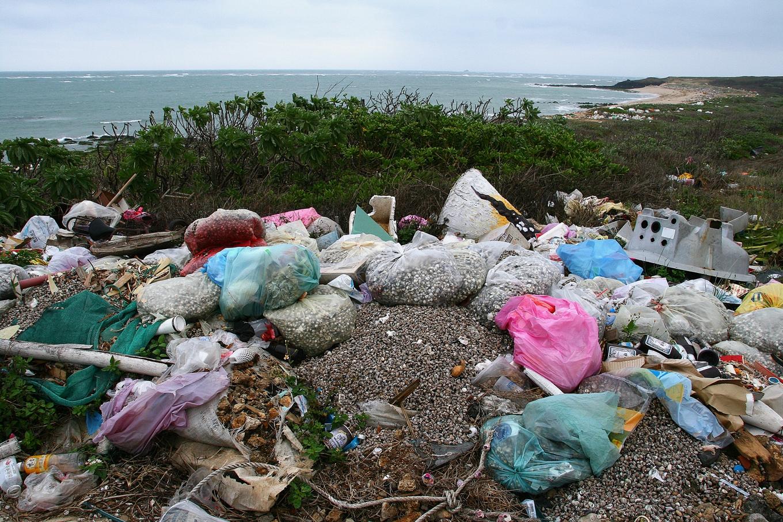 海灘附近居民集中在海灘的三不管地帶亂扔廢棄物