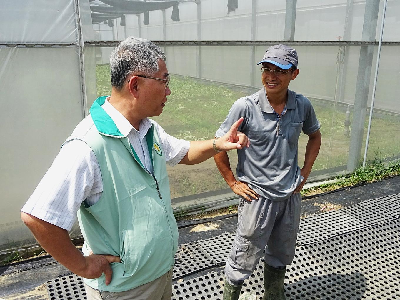 李博士(右)向林場長介紹有機栽培現況