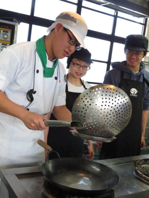 參加活動的臺大學生與桃園至善高中餐飲科的學生聯手,共同完成料理。攝影/楊雅棠