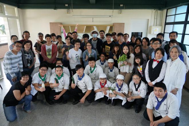 「自煮巴士」活動帶學生認識地方文化、在地農產。攝影/林駿傑