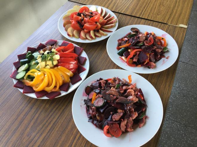 學生們運用指定食材,地瓜、山藥、甜菜根等,做出美味佳餚。攝影/田孟凌