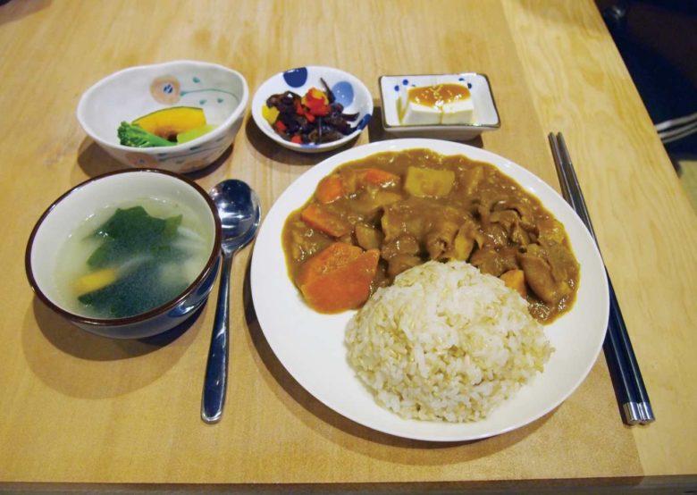 當天料理為雞肉咖哩飯,搭配汆燙蔬菜,簡單調味,保有天然原味;黃豆豆腐、花生豆腐佐豆瓣醬;涼拌黑木耳及蔬菜湯。