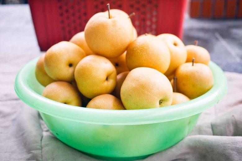 清洗完等待乾燥的豐水梨(攝影/羅健宏)