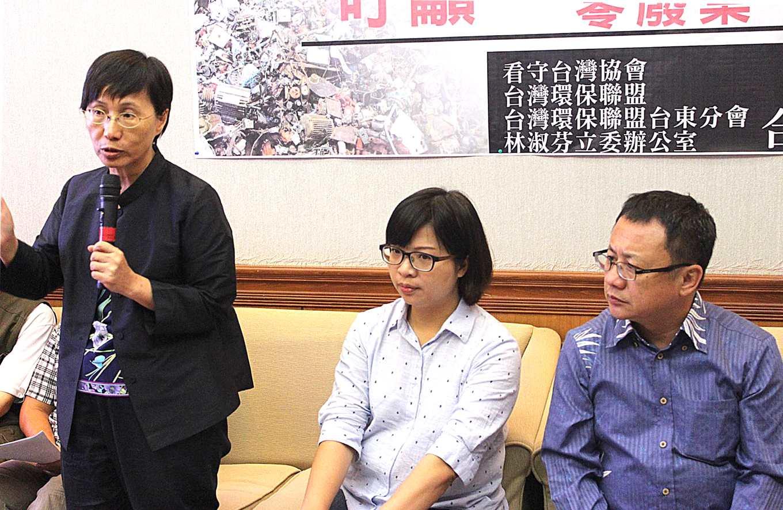 台灣環保聯盟台東分會會長廖秋娥呼籲垃圾減量(攝影/賴郁薇)
