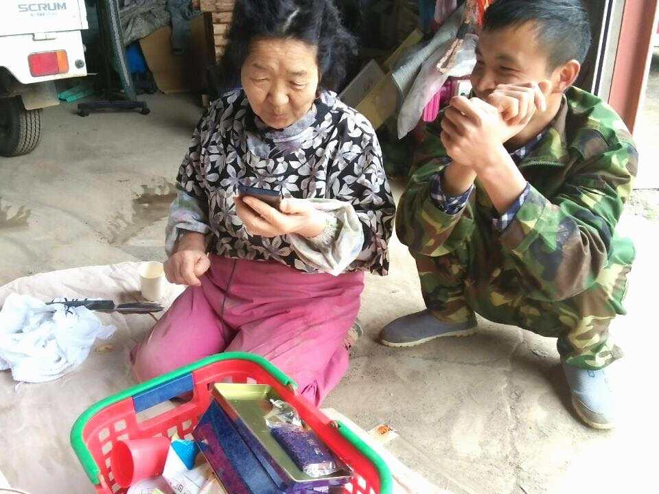 實習生與農家太太在沒有衝突前,互動也很不錯,但結構卻讓兩者對立(照片提供/中國實習生善興棒)