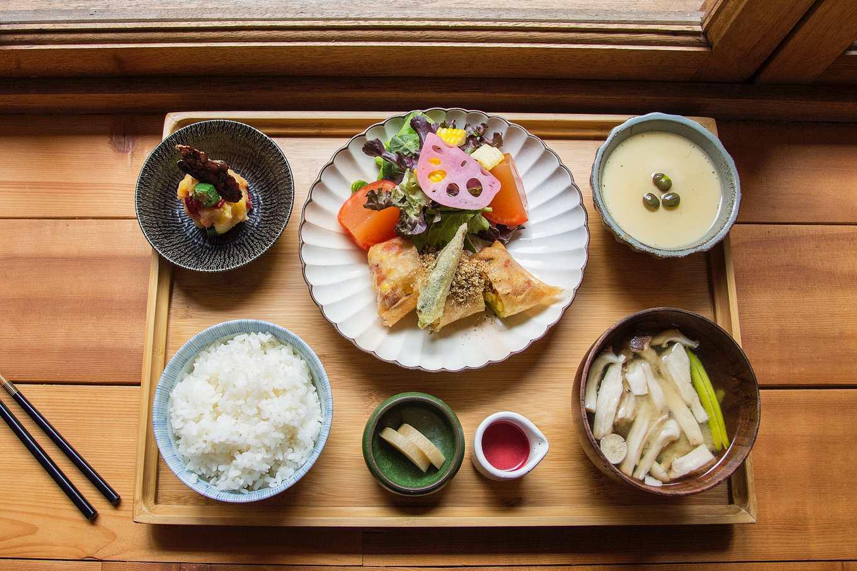 島旬提供無菜單料理,這天主菜是炸春捲、薯泥沙拉、蒸蛋、味噌湯配白米飯(攝影/羅健宏)