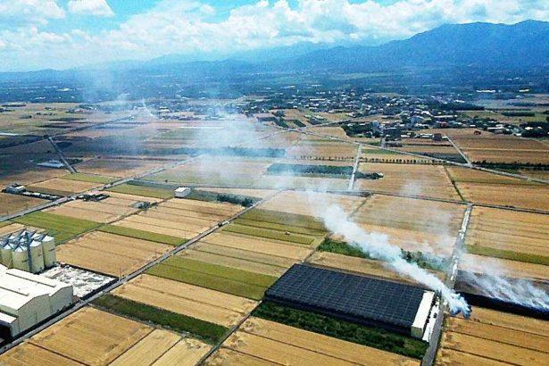 燃燒稻草兩年內消失!3萬8千公頃稻田 補助腐化菌有機肥 稻草3週入土為安