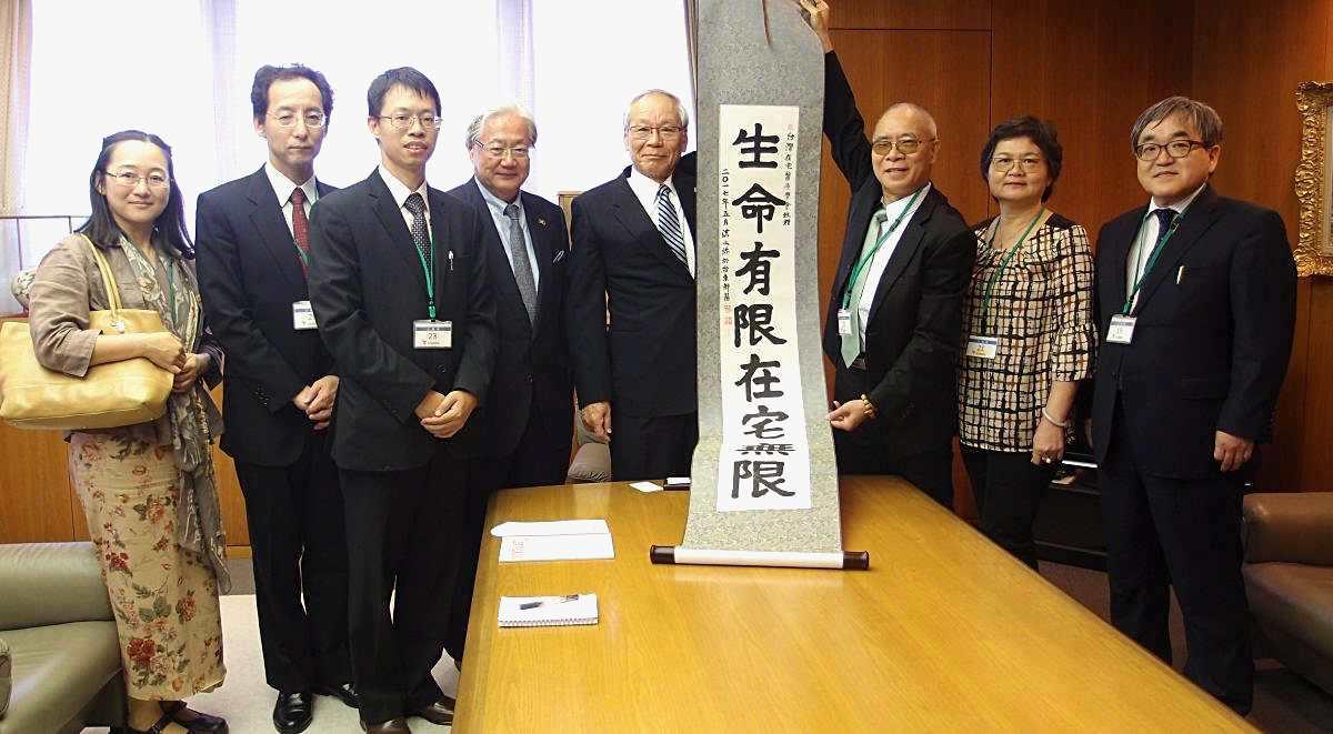 (左三)余尚儒醫師在台灣推動在宅醫療學會,明年將與日本醫師會合, 明年起台灣醫師到日本學習在宅醫療(圖片提供/在宅醫療學會)