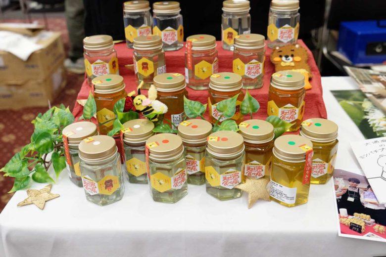 由大通高中師生共同設計完成的蜂蜜標籤(攝影/簡嘉潁)