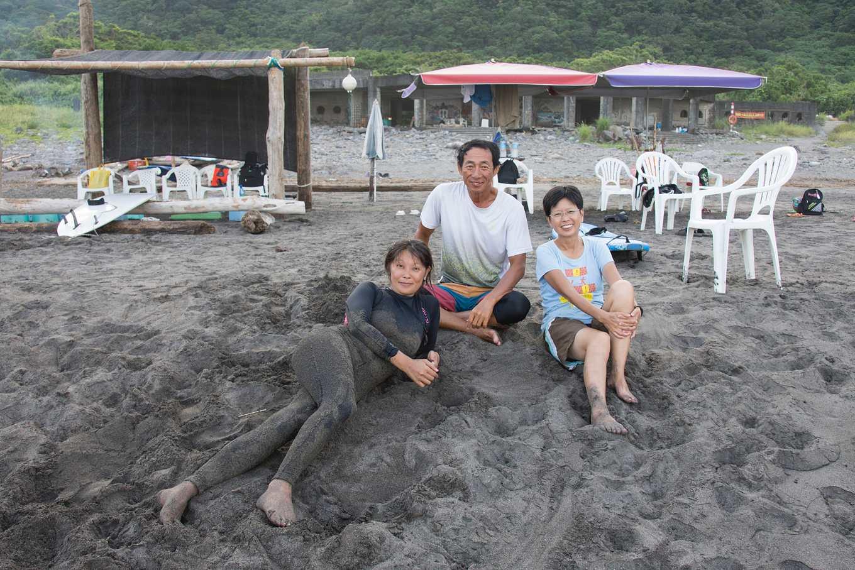 紀錄片工作者李雅芬、小顧教練與顧衝浪負責人陳麗玲(由左至右)攝影/羅健宏