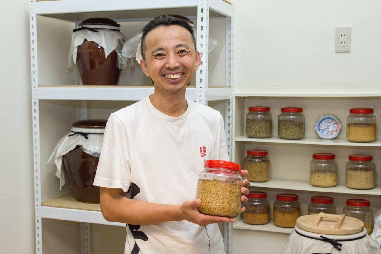 試驗中的莊園味噌,除了常見的米,後方架上還有黑豆、藜麥、地瓜釀造成的味噌(攝影/羅健宏)