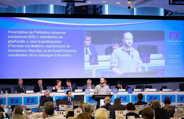 EESC 邀請David Schwartz及綠色和平Herman van Bekkem說明為何要發起禁用嘉磷賽提案(圖片來源:http://bit.ly/2xxIhZ6)