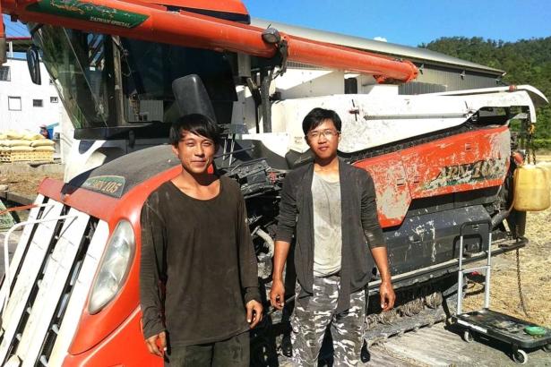 小農龔哲敬與表哥阿亮投入農業,還投資買農機(攝影/楊文全)