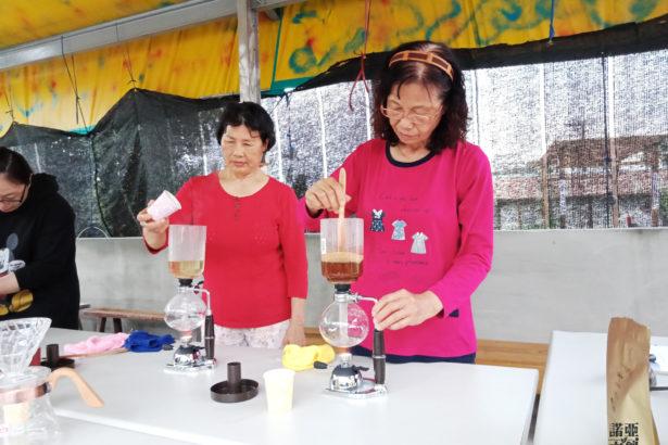 社區的成員們認真地學習咖啡課程