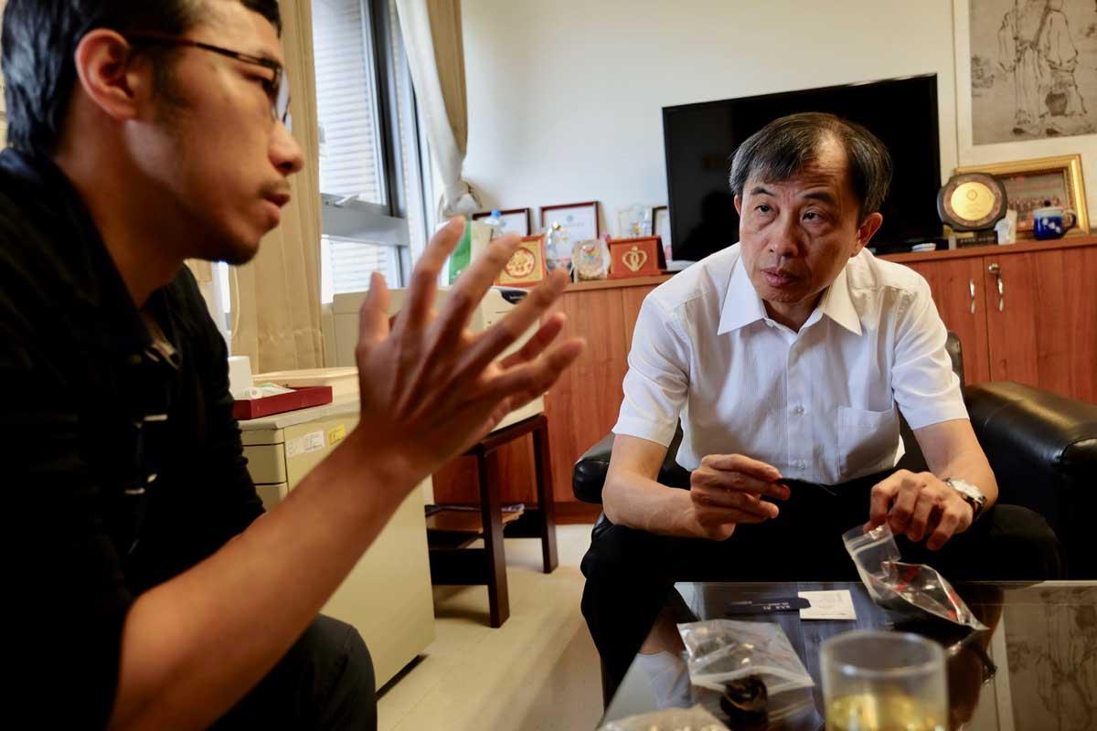 學者賴亦德面會中醫藥司司長黃怡超,揭露水蛭為品(攝影_蔡佳珊)