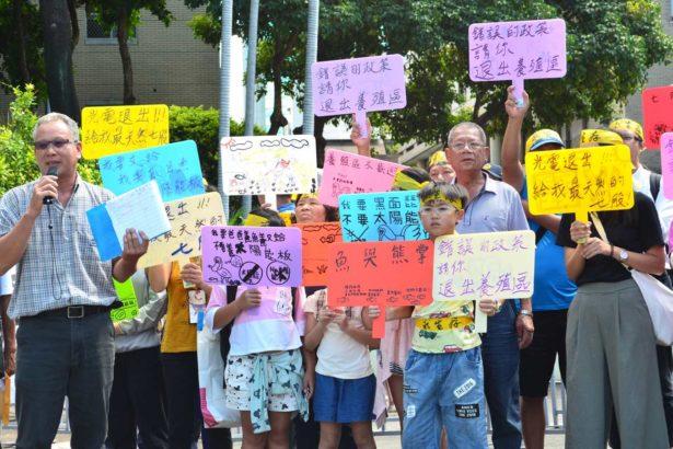 楊惠欽(左)指出,七股為優良漁業生產地、並非地層下陷地區,不該劃入發展光電區域。(攝影/林珮君)