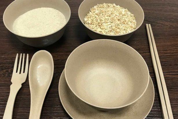 稻殼製成的環保餐具,使原本無用的稻殼換了新裝,從農田廢棄物化為餐桌上的創新餐具(攝影/林珮君)