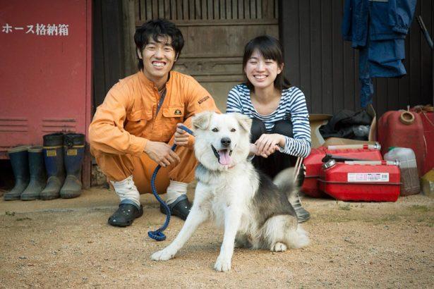 從東京移居到岡山的年輕人水柿大地與妻子,在地方提協助老人家的服務,也是一種收入(攝影 / 近藤悟)