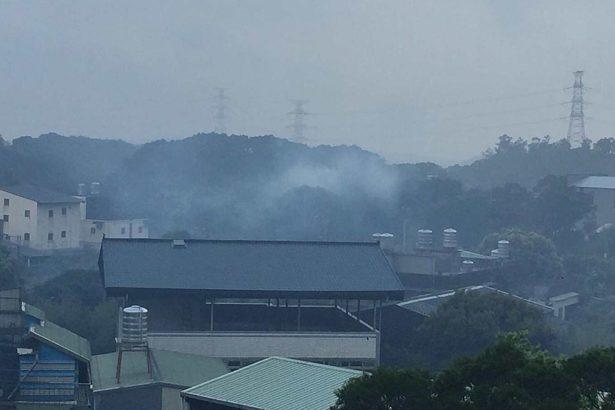 民眾檢舉工廠時常排放黑煙、造成空氣污染。(圖片提供/南勢里居民)