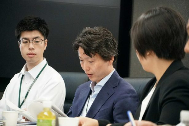 日本生產性本部左藤 亨課長(中)向參訪團成員說明,日本在地方治理上理念的轉變,從過去以地方政府作為主要的公共服務提供者,到現在強調不同的行動者之間的協力關係(攝影/林寬宏)
