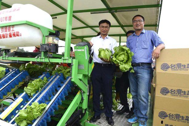 農委會副主委陳吉仲(左)、麥寮果菜生產合作社主席郭進展(右)(台南區農業改良場提供)