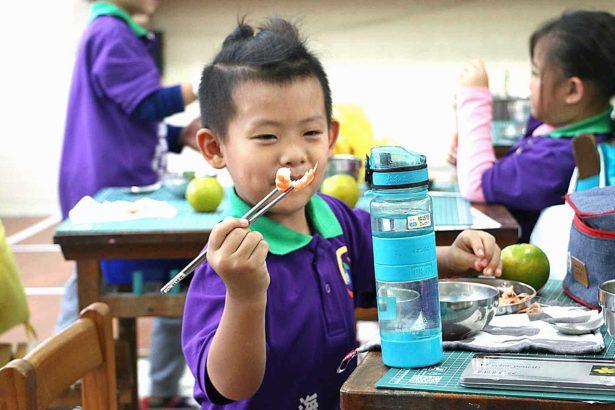 讓孩子學會吃有刺的魚!岳明國小結合湧升海洋食魚教育,學剝蝦還要吃螃蟹